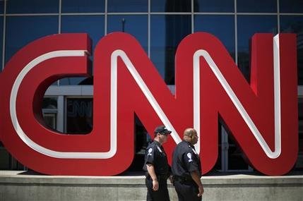 Guardias de seguridad caminaban frente a la entrada a las oficinas de CNN en Atlanta, el 26 de agosto de 2014. El canal internacional de noticias dejará de transmitir en Rusia, anunció el 11 de noviembre de 2014. (Foto AP/David Goldman, File)