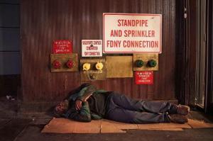 Un mendigo duerme en una calle de Manhattan, el 22 de agosto de 2014. En Florida un anciano de 90 años y dos religiosos podrían ir a la cárcel por una nueva ordenanza que prohíbe alimentar a mendigos en público (GETTY IMAGES NORTH AMERICA/AFP/Archivos | Spencer Platt)