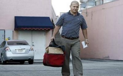 Cada fin de semana, Duvier Gómez, un médico cubano especialista en oncología ginecológica, trabaja repartiendo la comida de un restaurante de la Calle 8 de Miami.
