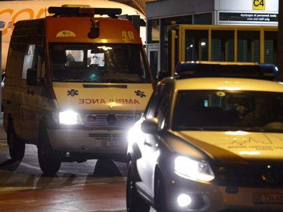 La ambulancia transporta al médico cubano Félix Báez, víctima de ébola, del aeropuerto al Hospital Universitario de Ginebra. Foto: AFP Photo/Fabrice Coffrini.