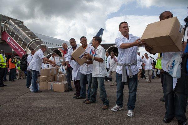 Médicos cubanos en Sierra Leona en octubre. FLORIAN PLAUCHEUR / AGENCE FRANCE-PRESSE — GETTY IMAGES