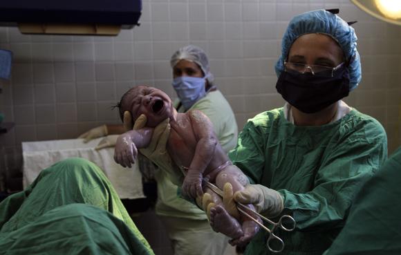 Nacimiento de un bebé en el Hospital Ginecobstétrico Docente Ramón González Coro, de La Habana. Foto: Ladyrene Pérez/Cubadebate.