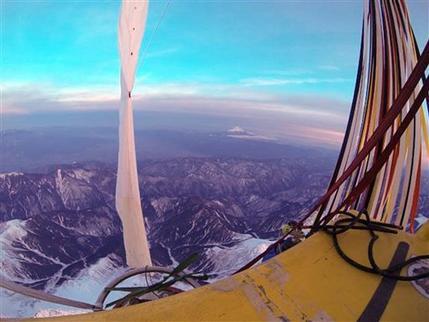 Los pilotos Troy Bradley, de Albuquerque, Nuevo México, y Leonid Tiukhtyaev, de Rusia, vuelan en globo lleno de helio sobre el monte Fuji después de su despegue de Saga, Japón, el 26 de enero de 2015. Ambos pilotos amarizaron frente a costas del noroeste de México, el sábado 31 de enero de 2015, en lo que fue la travesía en globo de mayor distancia y duración en la historia. Cruzaron el océano Pacífico en un viaje en globo de 10.695 kilómetros (6.646 millas) en seis días, 16 horas y 38 minutos. (AP Foto/Russell Contreras)
