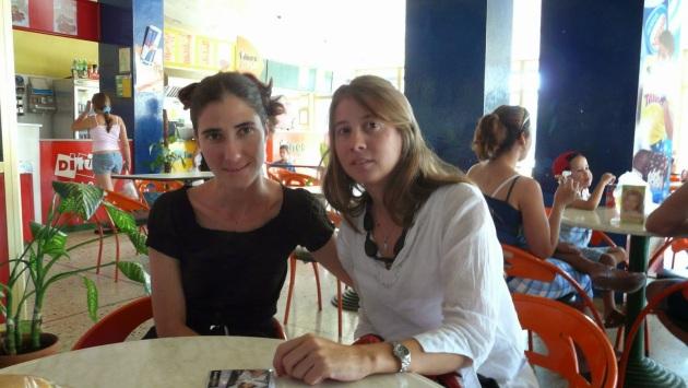 Micaela Hierro con Yoani Sánchez en una de sus visitas a Cuba. - See more at: http://percy-francisco.blogspot.com/2015/03/cumbre-de-panama-aqui-los-detalles-de.html#sthash.KSc9lU8X.dpuf