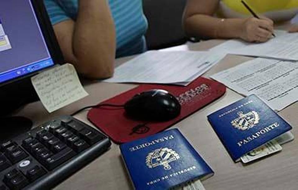 La Sección de Intereses de Cuba en Washington anunció este viernes que extendió por tres meses, hasta el 30 de junio, sus operaciones de renovación de pasaportes. PATRICK FARRELL ARCHIVO/MIAMI HERALD