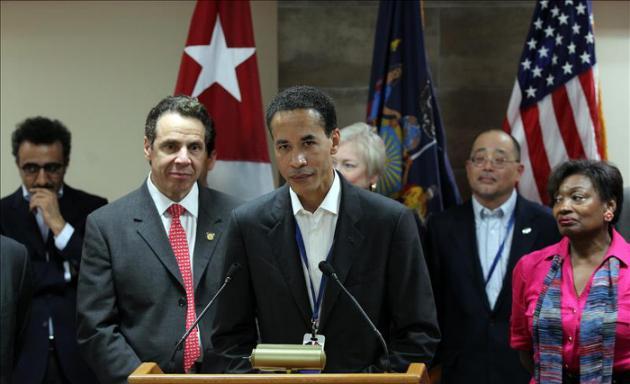 """Agencia EFE - El gobernador de Nueva York, Andrew Cuomo (i), escucha al consejero delegado de la empresa neoyorquina Infor, Charles Phillips (c), en La Habana (Cuba), al concluir Cuomo una visita de poco más de 24 horas a la isla. Phillips informó sobre un convenio entre su compañía, que desarrolla software para industrias específicas, con un """"socio"""" cubano """"interesado en uno de esos software para el campo de la salud"""". EFE"""
