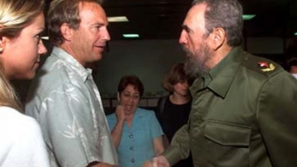Kevin Costner con Fidel Castro en La Habana en abril de 2001. Foto: José Goitía / AP /