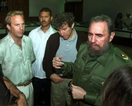 Kevin-Costner-y-Fidel-en-abril-de-2001-en-La-Habana-580x466