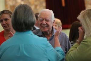 El expresidente de Estados Unidos Jimmy Carter se acerca a la viuda de su hermano Billy durante una reunión con su familia el 16 de agosto de 2015. (Foto AP/Ben Gray/Atlanta Journal-Constitution)