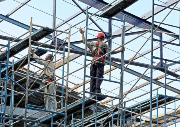 Los constructores necesitan realizar sus labores en condiciones ideales por la alta peligrosidad.  Foto: Jose M. Correa