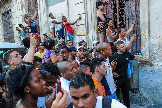Antes no los notaban, hoy los cubanos se agolpan para ver a las celebridades.
