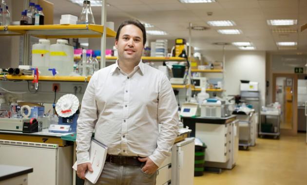 El investigador Héctor Peinado en su laboratorio. /CNIO